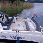 lódź motorowa na jeziorze